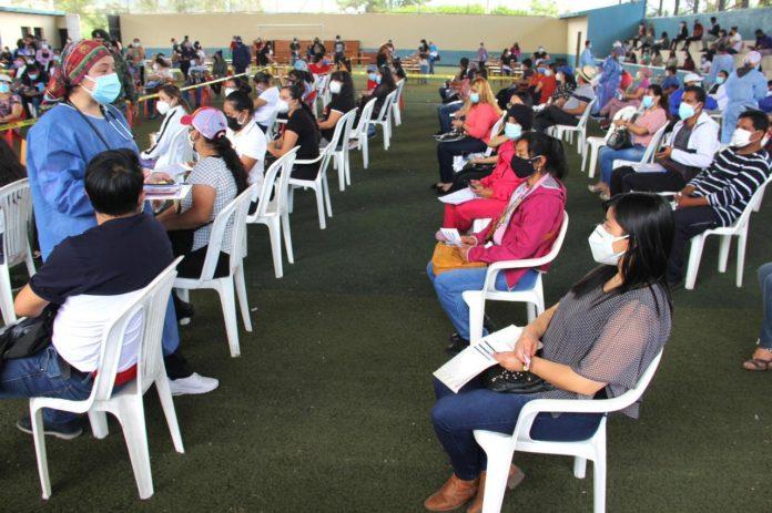 Proceso. En la Universidad Técnica del Norte, en Ibarra, se vacunó a un promedio de 800 maestros por día.