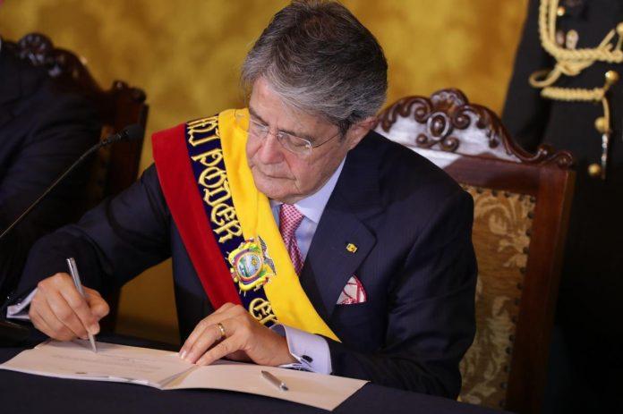 PROCESO. Guillermo Lasso firmó en el Palacio de Carondelet la derogatoria del Reglamento a la Ley de Comunicación.