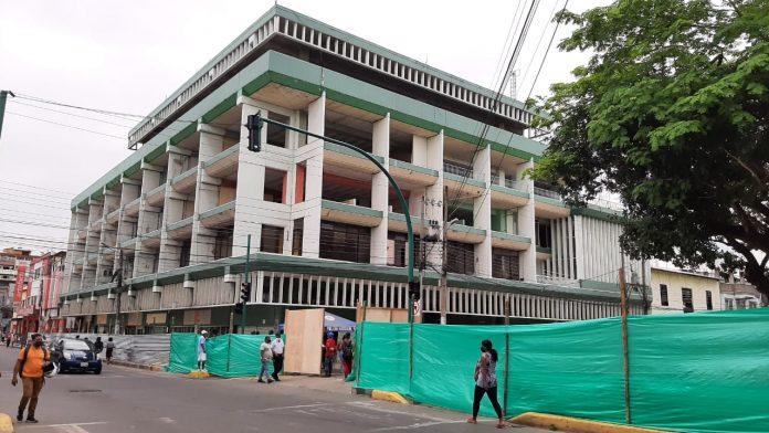 OBRA. Desde ayer el Palacio Municipal y Parque Central '20 de Marzo' fue cerrado y se iniciaron las obras preliminares. El tiempo de construcción será de 18 meses.
