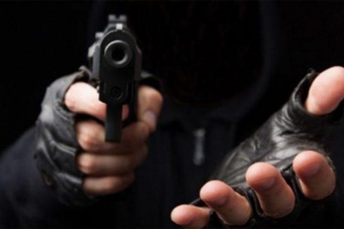 El trabajador de una gasolinera fue asaltado a mano armada.