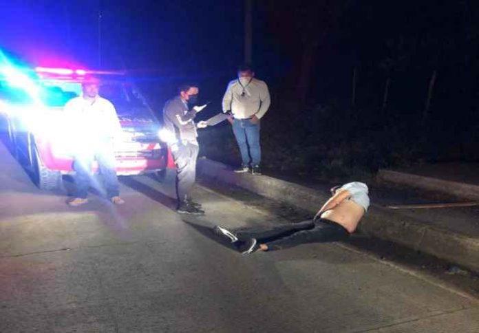 Fallecido. El cuerpo de Zambrano quedó a un costado de la carretera.