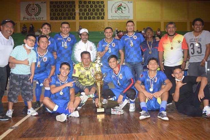 EQUIPO. La Liga Barrial 1 de Mayo, luciendo el trofeo de campeones.