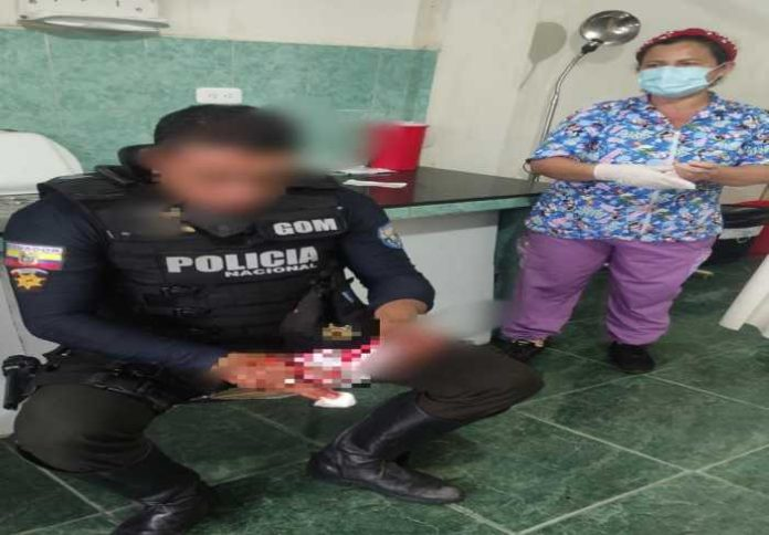 Caso. El uniformado fue trasladado a un centro de salud.