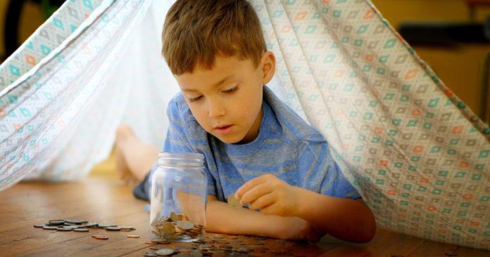 Las personas aprenden a ahorrar desde niños