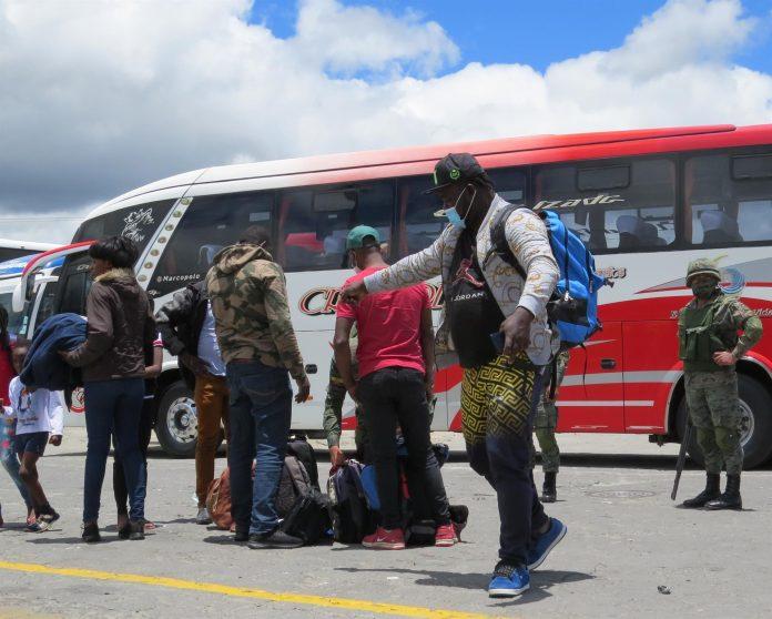 Entre 400 y 700 haitianos llegan diariamente a la terminal de Tulcán.