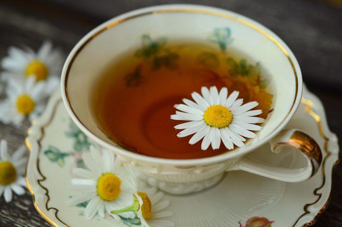 El té de manzanilla contiene metabólicos secundarios beneficiosos para la salud.