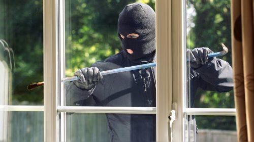 Los ladrones entraron a robar por la ventana de la casa.