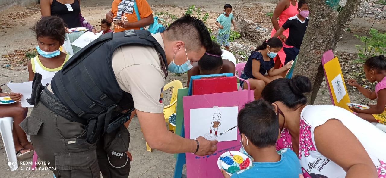 PROGRAMA. Niños y comunidad son parte de las campañas de prevención de la violencia y del delito que llevan a cabo Policías Comunitarios de Esmeraldas.