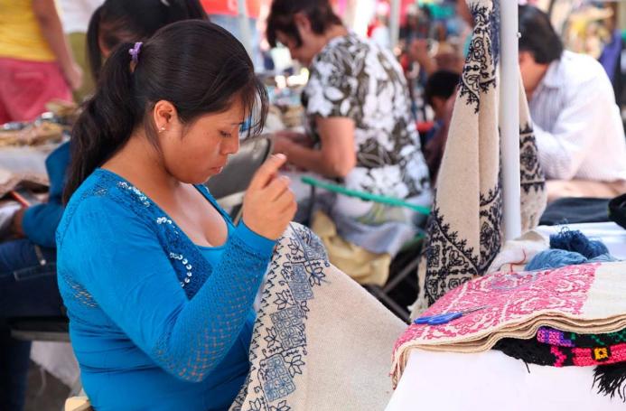 PROBLEMA. Las mujeres tienen acceso limitado y precario al mercado laboral