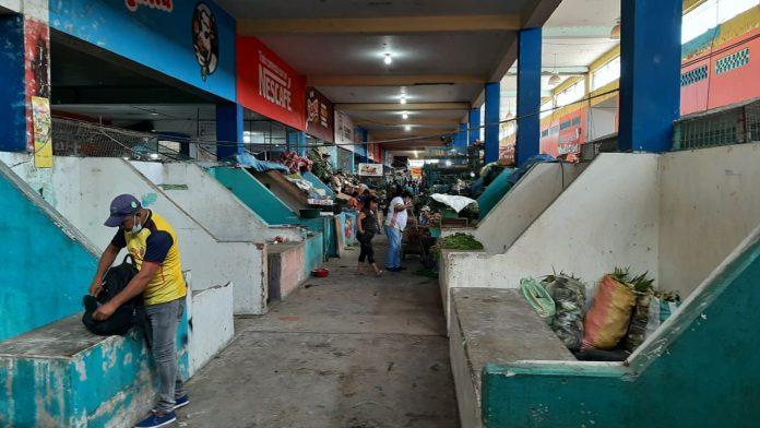 VACÍO. Varios locales en el Mercado Municipal de Esmeraldas permanecen vacíos. Delincuencia y adecuación de infraestructura golpean también al centro de abastos.