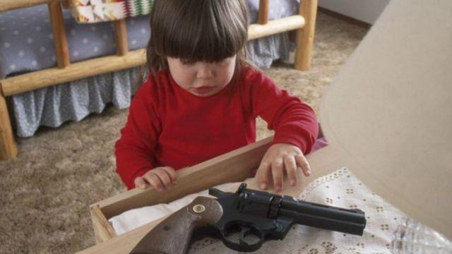 Efecto. Las muertes incidentales por tenencia de armas en los hogares es 12 veces mayor.