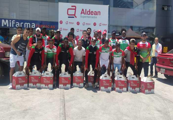 Compartir. Jugadores y representes de la empresa Aldean posaron para las cámaras.