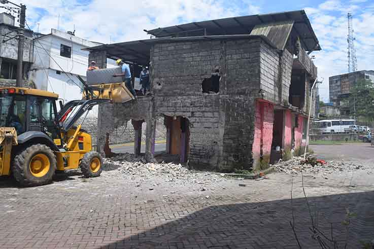 DESALOJO.Con maquinaria se derrocó la vivienda.