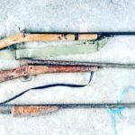Policía encuentra armas de fuego en un saco de yute