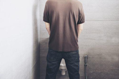 Los problemas para orinar son los síntomas más comunes cuando la próstata está inflamada.