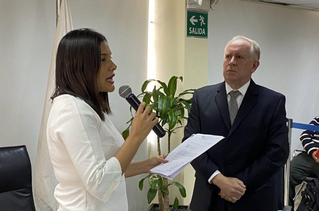La presidenta del CPCCS, Sofía Almeida, posesionó al Defensor encargado.