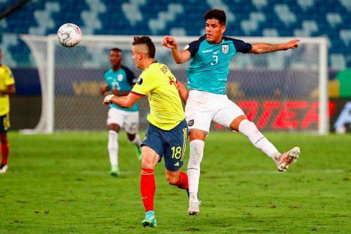 Rafael Santos Borré (i) de Colombia disputa el balón con Piero Hincapié de Ecuador. (EFE)